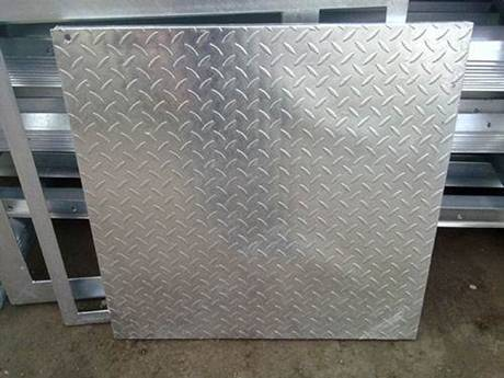 A compound steel grating show us the checkered plate side.