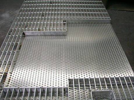 An irregular steel grating with a square steel plate formed a compound steel grating.