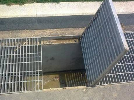 A drainage steel grating which used in the ditch was opened part of it.