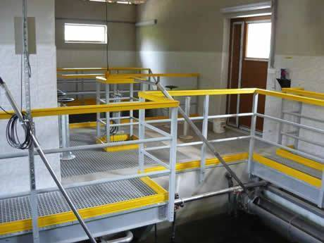 Industrial operating platform is used as floors, the surrounding is railing painted into yellow.