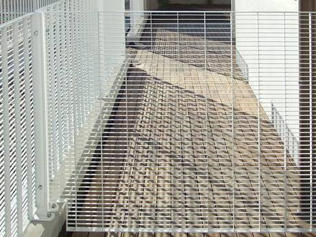 Steel grating infill panels white surface are used as partitions.