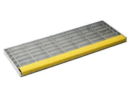 带有磨料鼻的焊接楼梯踏板钢格栅。