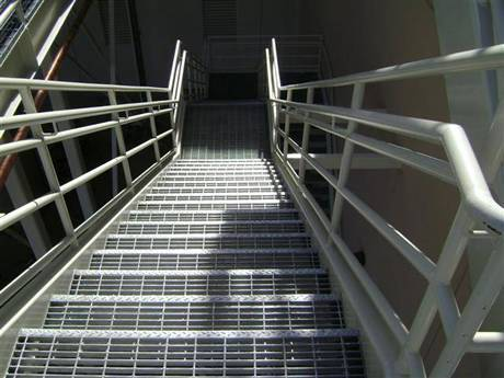 工厂使用直梯踏面钢格板制成的楼梯。