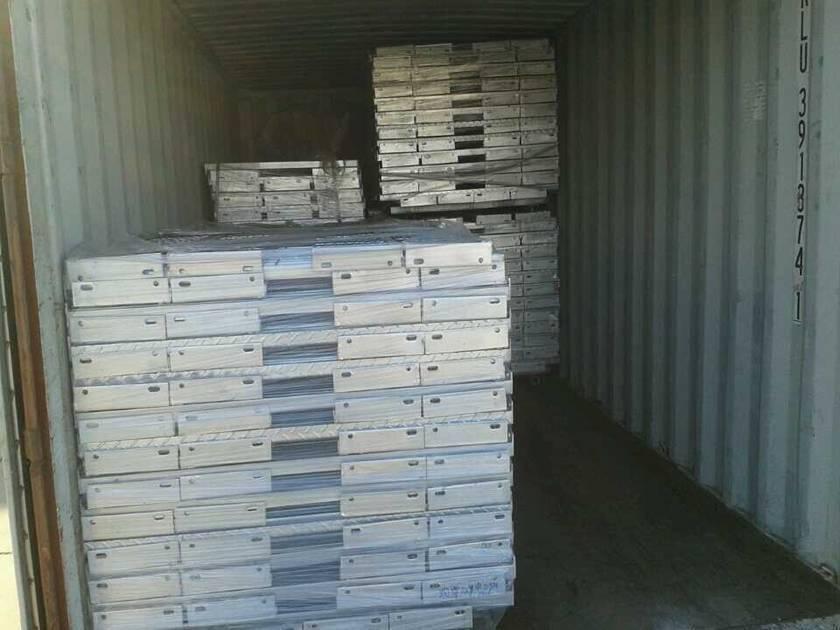 许多楼梯踏板钢格板整齐地放置在集装箱的托盘上。
