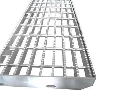 带有锯齿状表面的楼梯踏板钢格板。