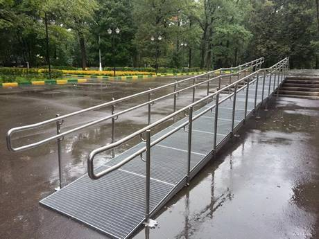The steel grating ramp setting for safety barriers.